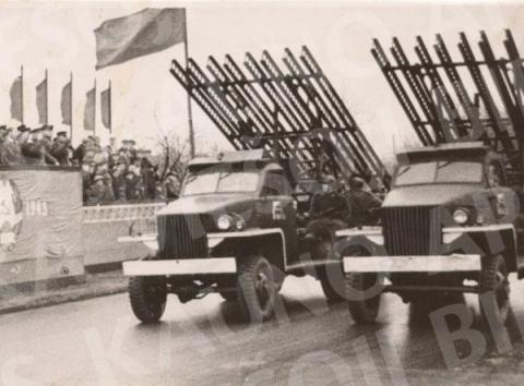 Ideologiniai akcentai (šventinės demonstracijos, sovietų vadų skulptūros ir kt.)