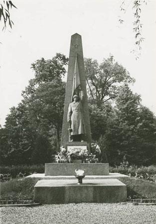Paminklas Raudonosios armijos kariams Aukštųjų Šančių karių kapinėse. XX a. 7–8 deš.