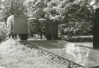 Paminklas S. Dariui ir S. Girėnui Aukštųjų Šančių karių kapinėse. XX a. 7–8 deš.