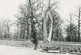 """D. Palukaitienės skulptūra """"Suktinis"""" prie Žaliakalnio ąžuolyno. 1979 m."""