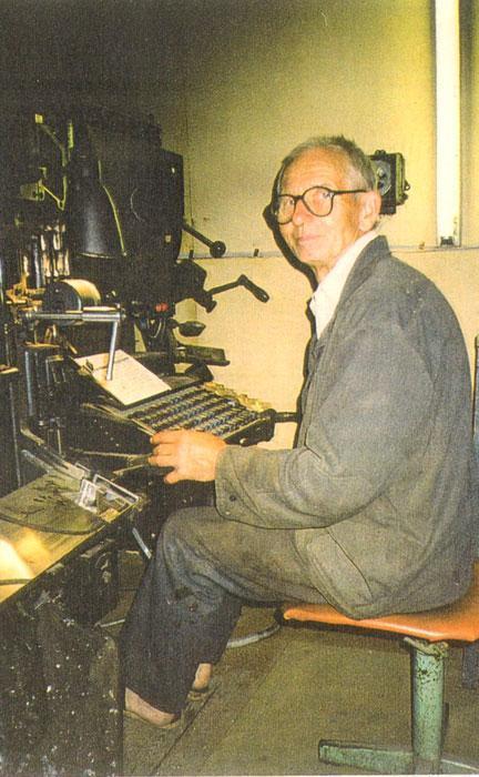 V. Andziulis prie teksto surinkimo mašinos linotipo