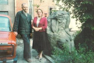 Vytautas Andziulis su žmona Birute prie kieme pastatyto skulpt. P. Bartulio rūpintojėlio