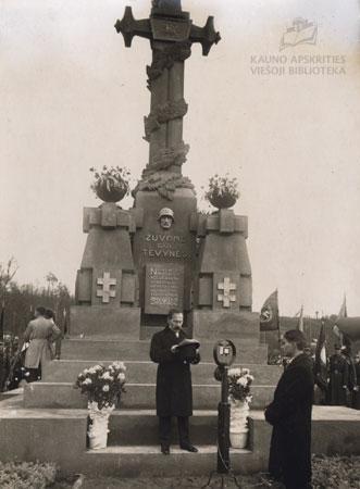 """Lietuvos Prezidentas Antanas Smetona paminklo """"Žuvome dėl Tėvynės"""" atidengimo iškilmėse. 1930 m."""