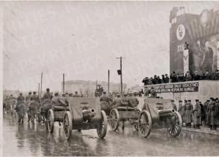 Karinis paradas Kaune (minint Spalio revoliucijos 23-ąsias metines). 1940 11 07