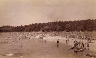 Poilsiautojai Aukštosios Panemunės pliaže. Apie 1936–1939 m.