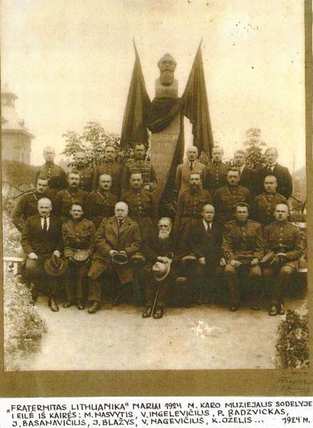 """""""Fraternitas Lithuanika"""" nariai 1924 m. Karo muziejaus sodelyje"""