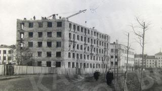 Daugiabučio namo statybos Pergalės krantinėje (dab. Karaliaus Mindaugo pr. 29). 1956 m.