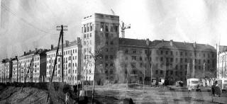 """Gamyklos """"Pergalė"""" darbuotojų namo statybos Pergalės krantinėje (dab. S. Daukanto g. 1). 1956 m."""