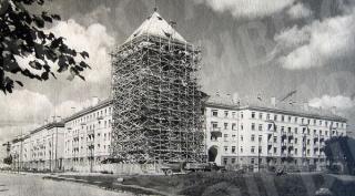 """Gamyklos """"Pergalė"""" darbuotojų namo statybos Pergalės krantinėje (dab. S. Daukanto g. 1). 1957 m."""