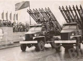 """""""Katiušios"""" Spalio revoliucijos parade Kaune. 1945 m."""