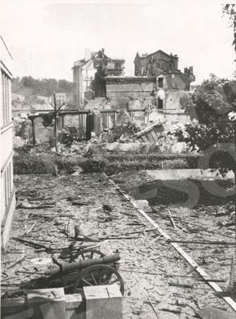 Kauno centrinės elektrinės griuvėsiai Vienybės aikštėje. 1944 m.