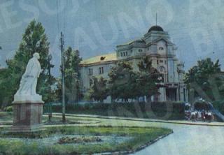 Vladimiro Lenino paminklas greta Pionierių rūmų V. Montvilos al. (dab. Perkūno). 1956 m.