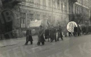 """Fabriko """"Chemikas"""" darbuotojai eisenoje. XX a. 5–6 deš."""