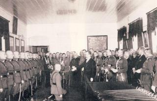 Respublikos Prezidentas A. Smetona įteikia kardus į karininko laipsnį pakeltiems kariūnams. XX a. 4