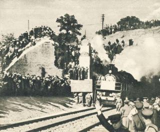 Atkastu geležinkelio tuneliu pravažiavo pirmasis traukinys. 1944 m.