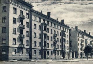 """Gamyklos """"Pergalė"""" darbuotojų namas Pergalės kr. (dab. Karaliaus Mindaugo pr. 32). Apie 1957 m."""