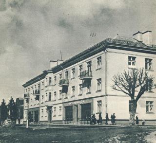"""Daugiabutis namas fabriko """"Drobė"""" darbininkams J. Biliūno al. (dab. A. Smetonos al. 21).  Apie 1958 m."""