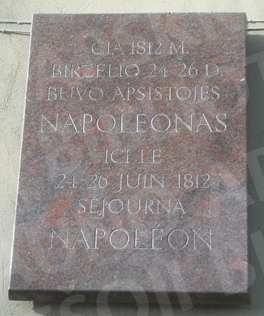 Atminimo lenta ant buv. Karmelitų vienuolyno (dab. Kaunakiemio g. 40). 2017 m.