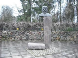 Zoologijos sodo įkūrėjo prof. Tado Ivanausko biustas. 2014 m.
