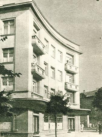 """Daugiabutis namas, kurio pirmame aukšte sovietmečiu veikė kavinė """"Daina"""". XX a. 6–7 deš. sandūra"""