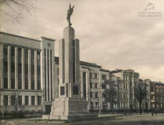 """Statula """"Laisvė"""" Vytauto Didžiojo karo muziejaus sodelyje. XX a. 4 deš. pab."""