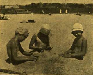 Vaikai Aukštosios Panemunės paplūdimyje XX a. 3-ajame dešimtmetyje