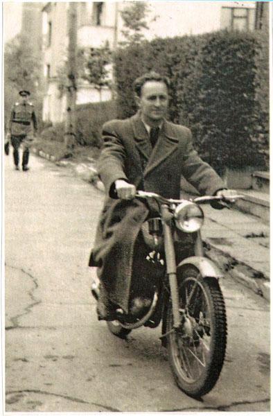 Į Dailės mokyklą motociklu
