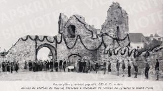Kauno pilies griuvėsiai papuošti Vytauto Didžiojo mirties 500 metų sukaktuvių iškilmėms. 1930 m.