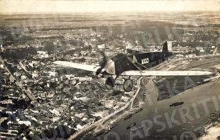 Virš Kauno senamiesčio ANBO lėktuvas, pilotuojamas A. Gustaičio. 1925–1926 m.