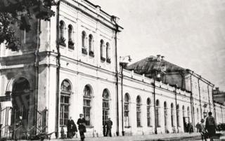 Kauno geležinkelio stoties pastatas, statytas 1863 m., sugriautas 1944 m. Nuo perono pusės