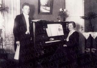 Antanas ir Ona Busilai savo namų svetainėje. 1929 m.