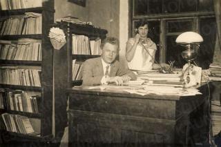 Antanas Busilas savo kabinete. 1925 m.
