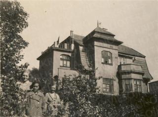 Iš kairės: Danutė Busilaitė, Vitalija Steponavičiūtė (Vinco Steponavičiaus dukra) ir Ona Busilienė. 1935 m.