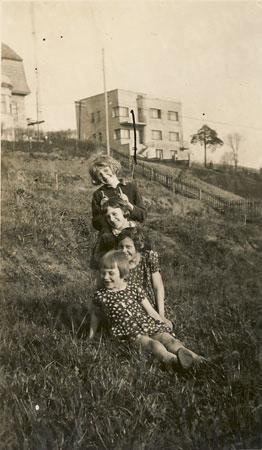 Danutė Busilaitė su draugėmis. 1932 m.