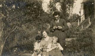 Vincas Steponavičius su savo dukra Vitalija ir Ona Busilienė su dukra Danute