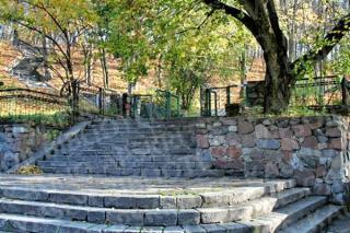Vytauto parko laiptų apačią puošia metaliniai varteliai bei tvora. 2008 m.