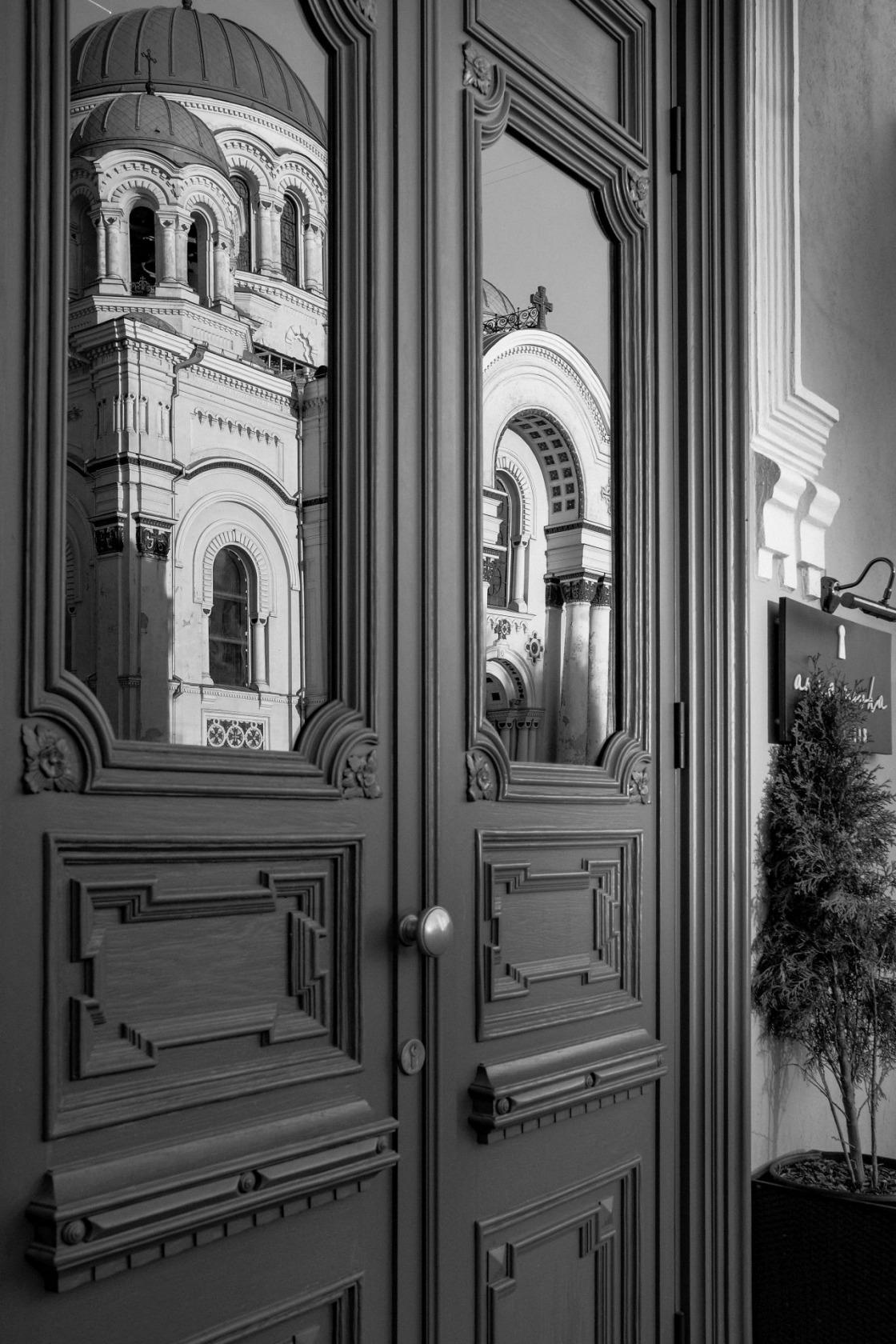 """""""Juodasis veidrodis"""". Kauno Šv. arkangelo Mykolo (Įgulos) neparapinė bažnyčia. Nepriklausomybės a. 14 A"""