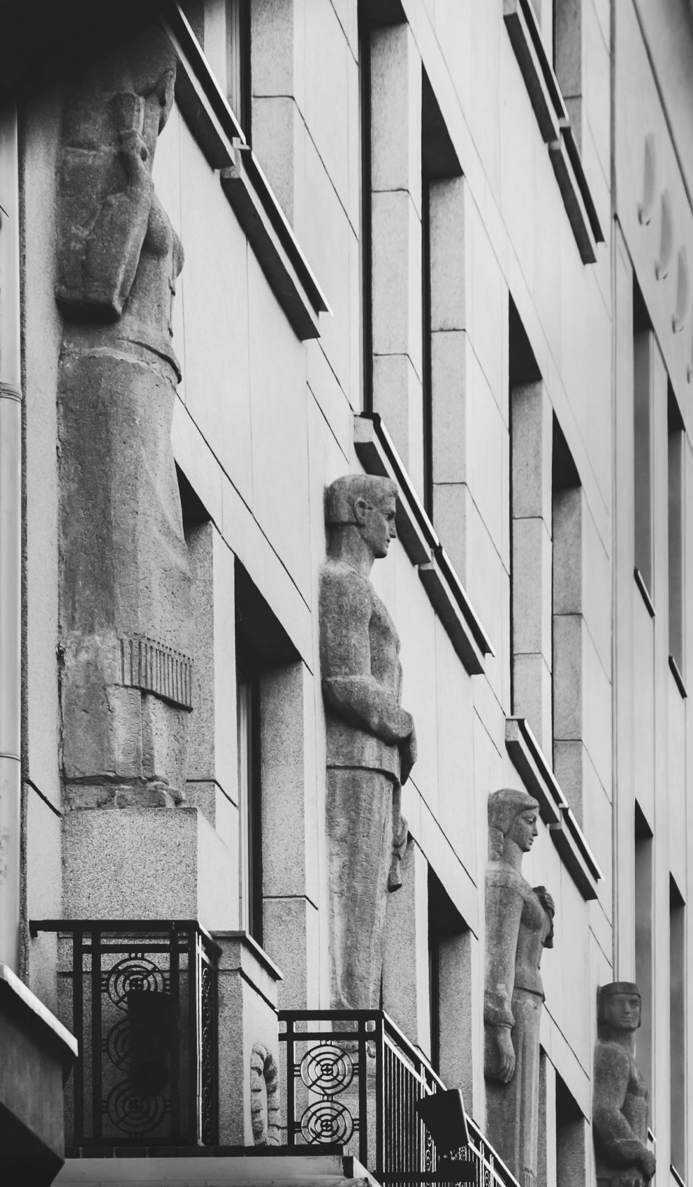"""""""Drama"""". Nacionalinis Kauno dramos teatras. Skulpt. R. Kazlausko bareljefinės skulptūros. Laisvės a. 71."""