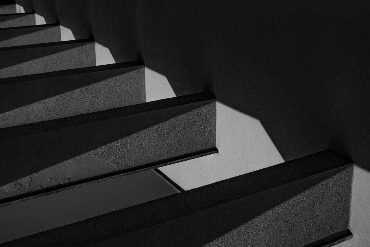 """""""Paint it black"""". Legendinio Kauno restorano """"Trys mergelės"""" konstrukcija. M. Riomerio g."""